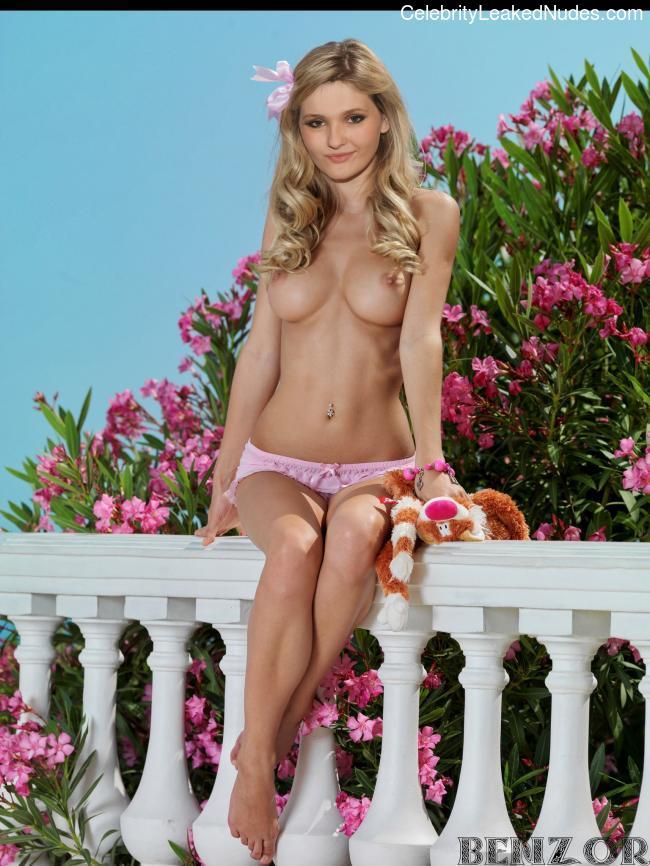 Abigail Breslin celebs nude