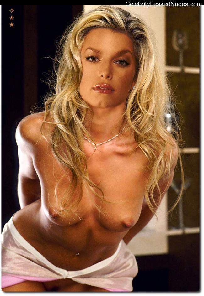 Celeb Naked Jessica Simpson 24 pic