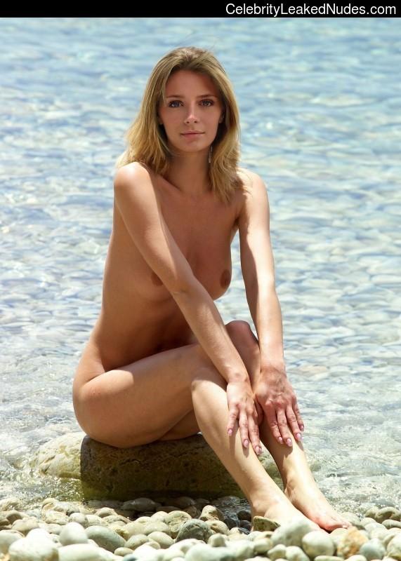 Free Nude Celeb Mischa Barton 24 pic