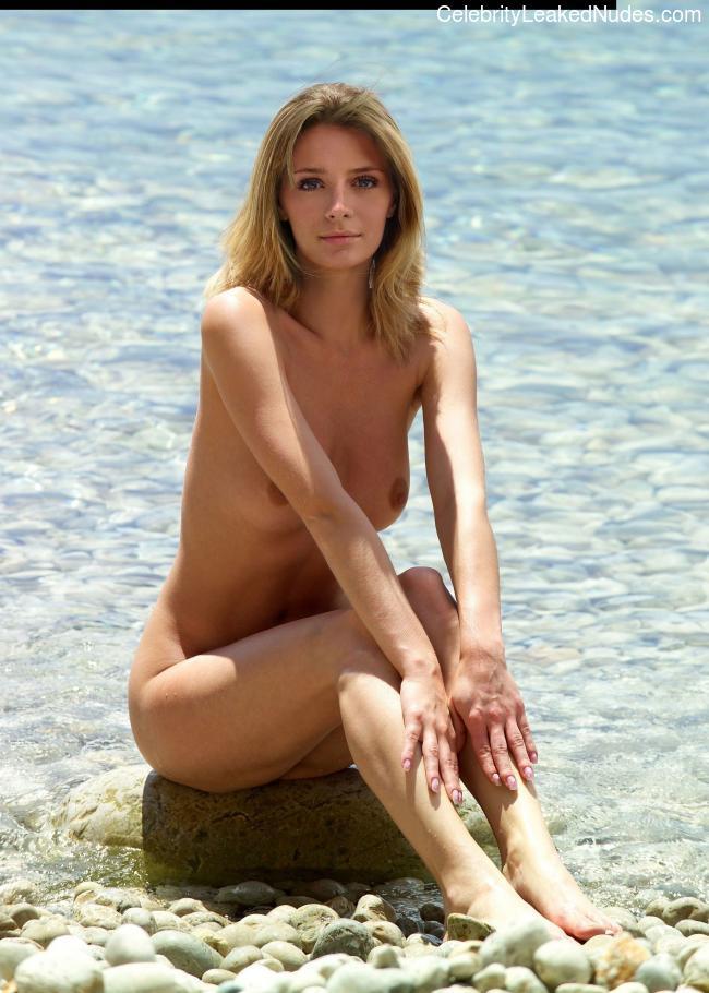 Free Nude Celeb Mischa Barton 22 pic