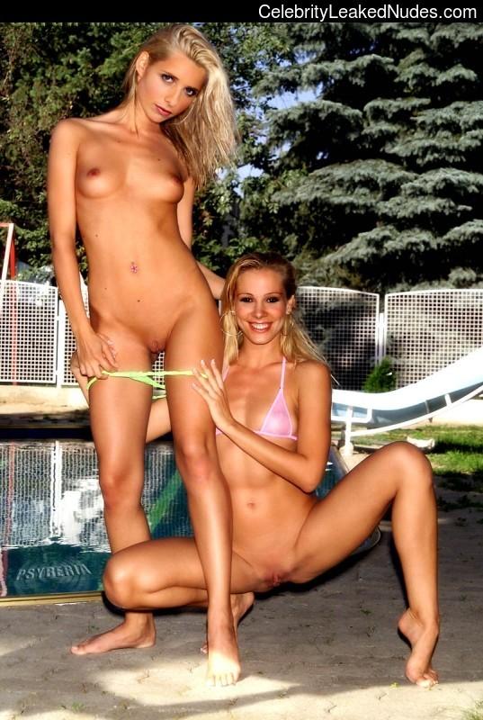 Celeb Naked Sarah Michelle Gellar 25 pic