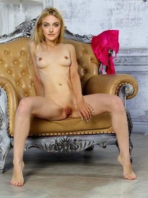 Dakota Fanning topless